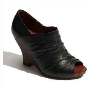 Naya Genesis Black Leather Peep Toe Wedge 6.5M